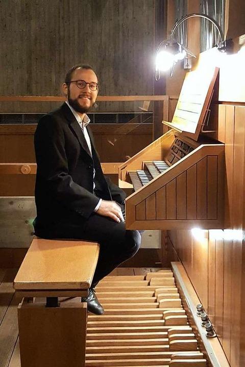 Julian Handlos an der Orgel im Evangel...irchzarten, an der er ein Konzert gab.  | Foto: Joanna Jaworowska