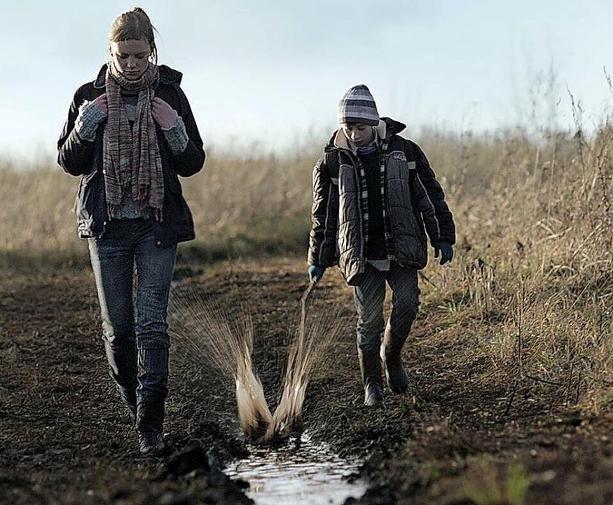 Die Geschwister Raya und Robis laufen durch den Schlamm.   | Foto: Verleih