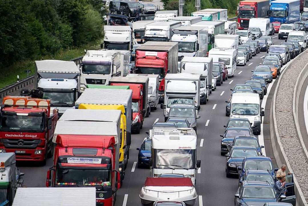 Nichts geht mehr: Stau auf der Autobahn.  | Foto: dpa