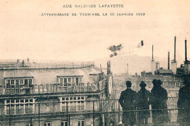 Mutiger Pilot landet auf Pariser Kaufhaus-Dach