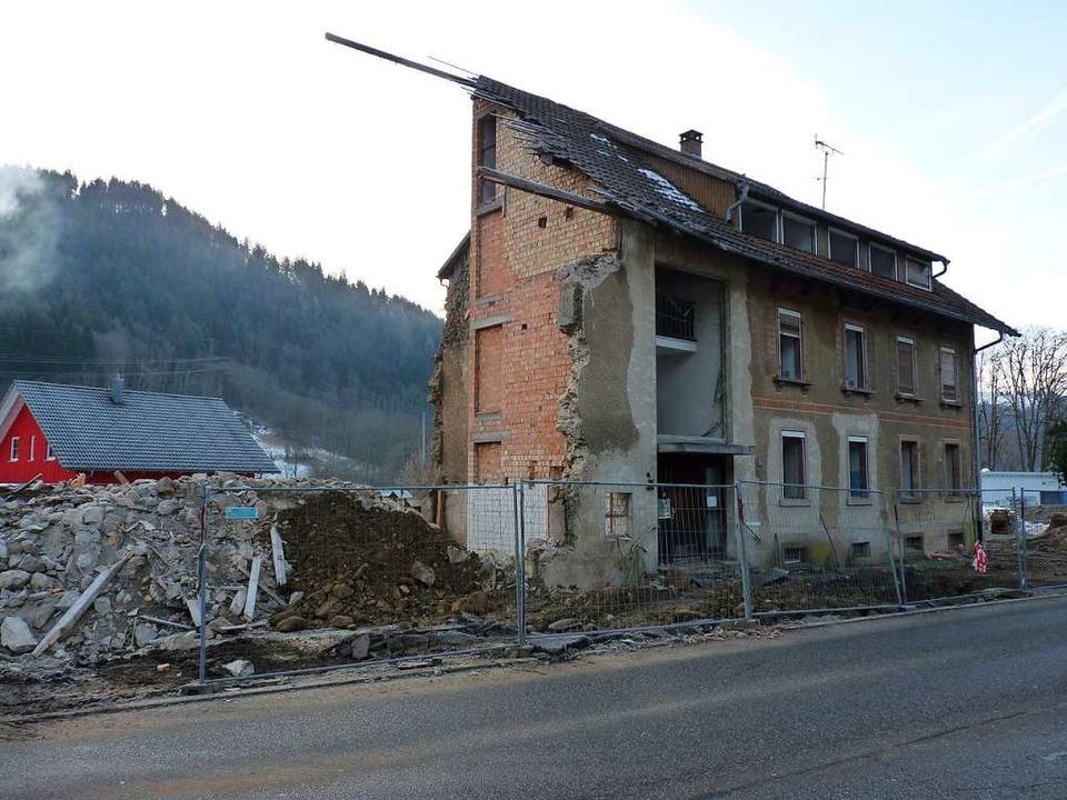 Die Bagger haben  kräftig an der früheren Jugendherberge genagt.  | Foto: Sattelberger