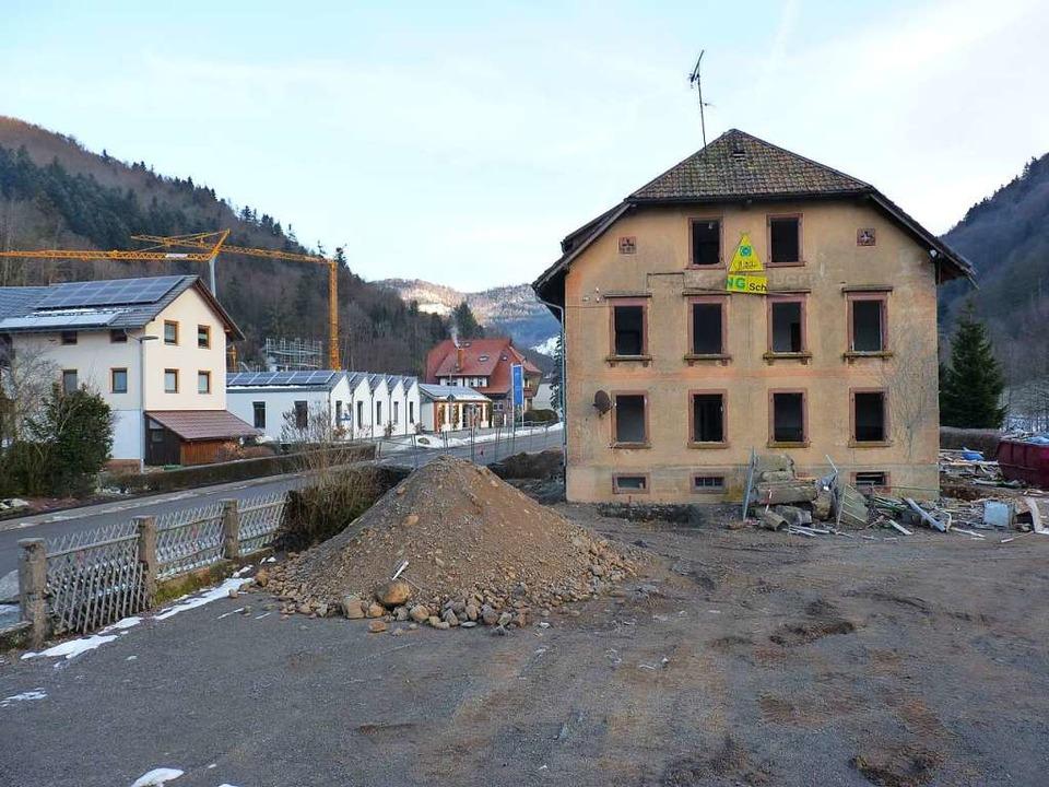Sobald das Haus (rechts) weg ist, soll...brissarbeiten erfolgen kommende Woche.  | Foto: Sattelberger