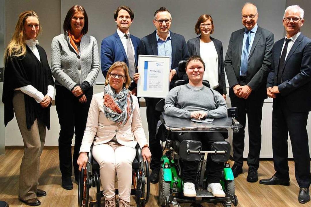 Die Firma Schüler mit Auszeichnung (hi..., (vorne): Anke Dallmann und Nico Beck    Foto: Ralph Fautz