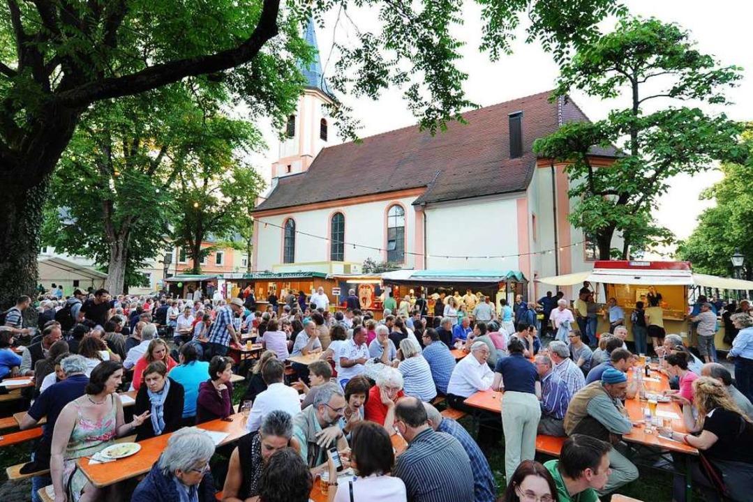 Einmal im Jahr findet das Annaplatzfes...ngsvollsten Quartierhocks in Freiburg.  | Foto: Rita Eggstein