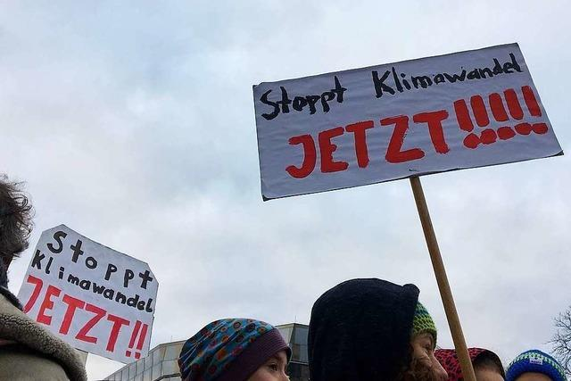 Tausende Schüler demonstrieren für Klimaschutz in der Freiburger Innenstadt