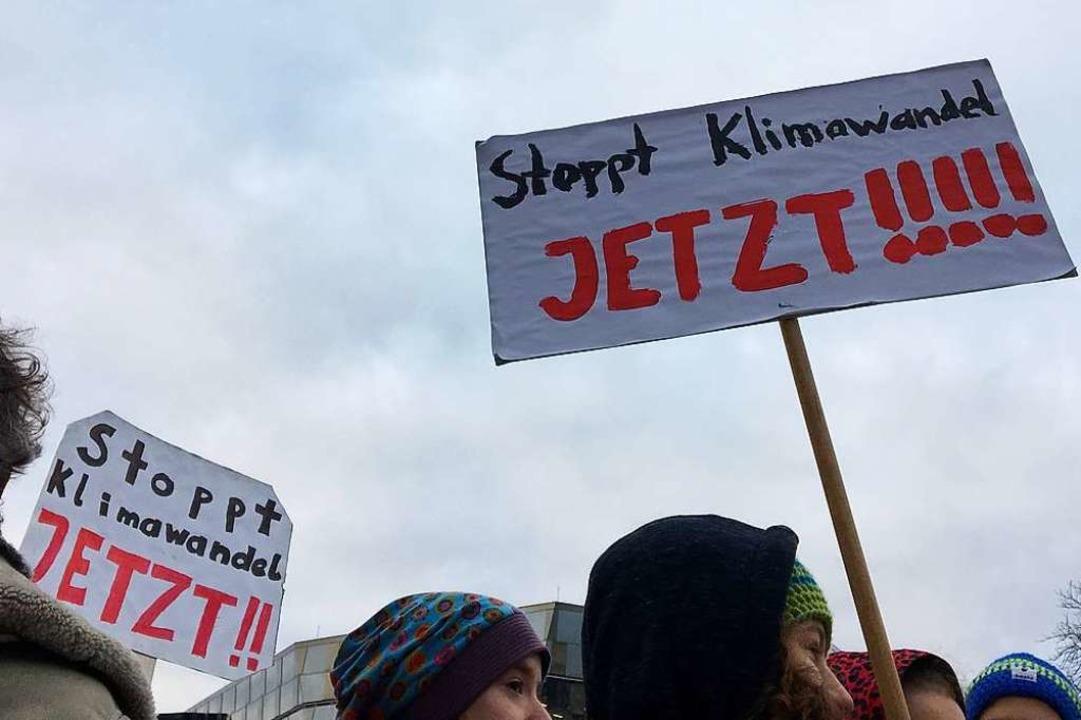 Schülerinnen und Schüler fordern in Freiburg einen besseren Klimaschutz.  | Foto: Simone Höhl