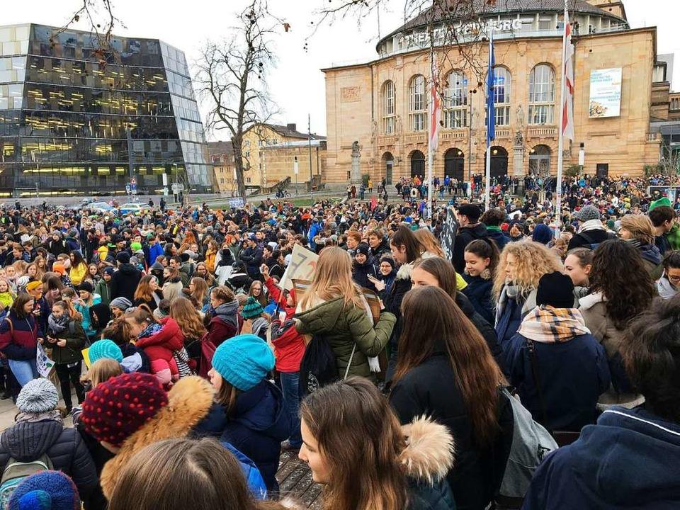Der Platz der Alten Synagoge füllt sich.  | Foto: Simone Höhl