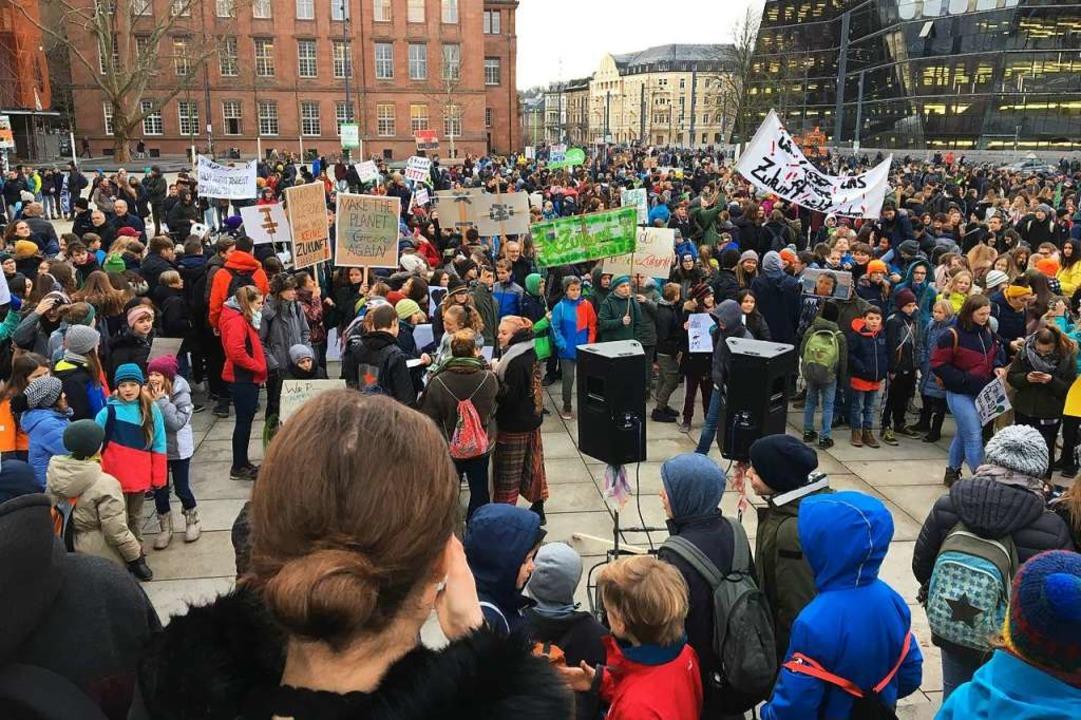 Rund 1000 Demonstranten haben sich um ...s Platz der alten Synagoge versammelt.  | Foto: Simone Höhl