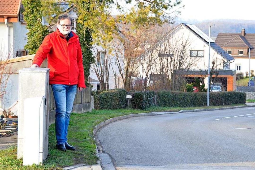 Unbefestigt und zu schmal: Peter Schal...er den Gehweg an der Lörracher Straße.  | Foto: Moritz Lehmann