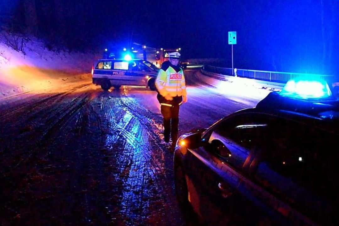 Die Polizei sperrte die Fahrbahn zwischenzeitlich.    Foto: kamera24