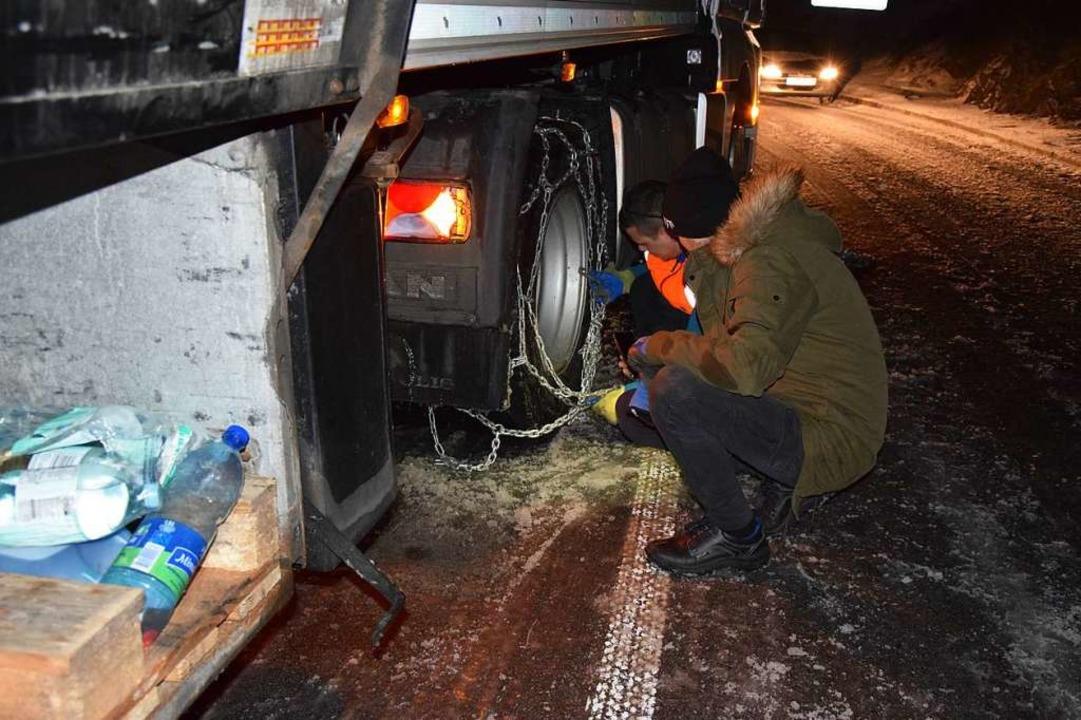 Brummifahrer legten Schneeketten an.    Foto: kamera24