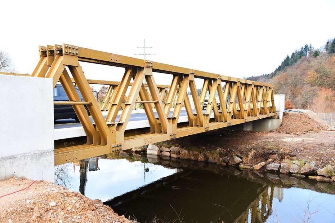 Auf der Behelfsbrücke bei Maulburg ist es bei Glatteis zu einem Unfall gekommen.  | Foto: Robert Bergmann