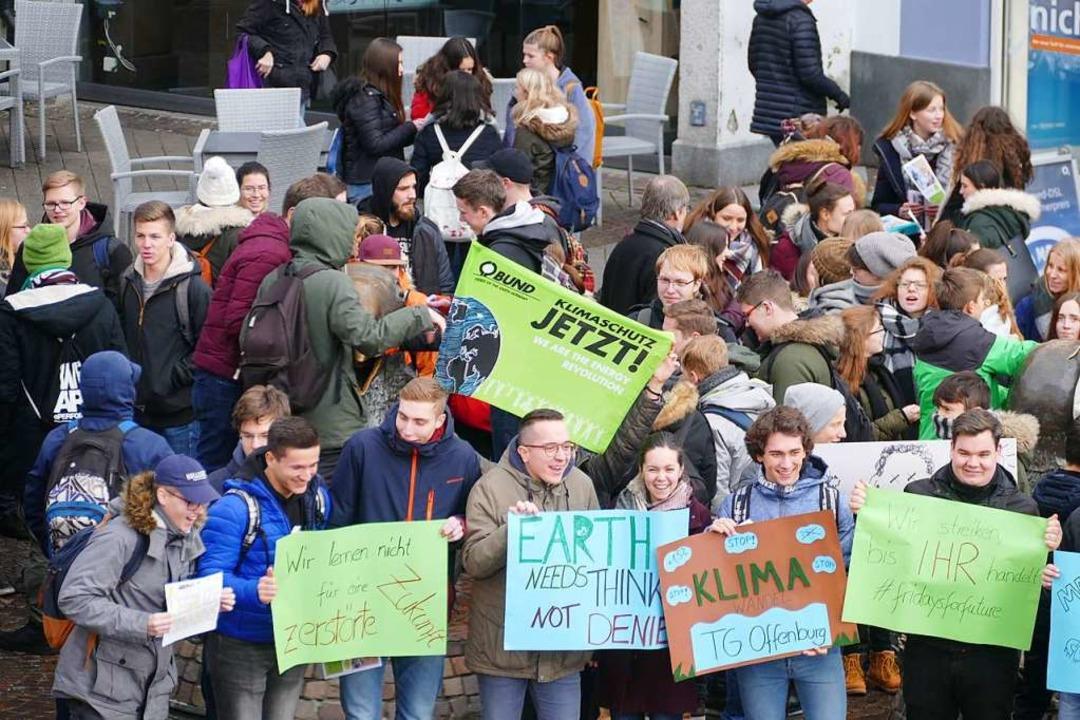 Die Schüler hatten offensichtlich ihren Spaß beim Demonstrieren.  | Foto: Ralf Burgmaier