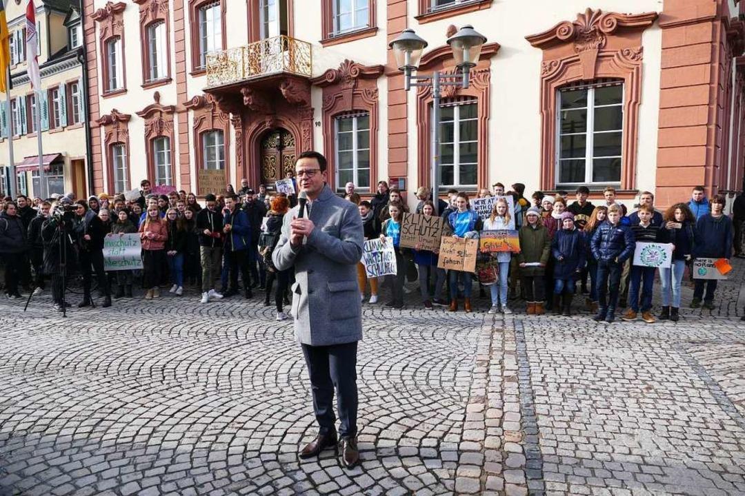 Oberbürgermeister Marco Steffens sprach spontan auf der Kundgebung.  | Foto: Ralf Burgmaier