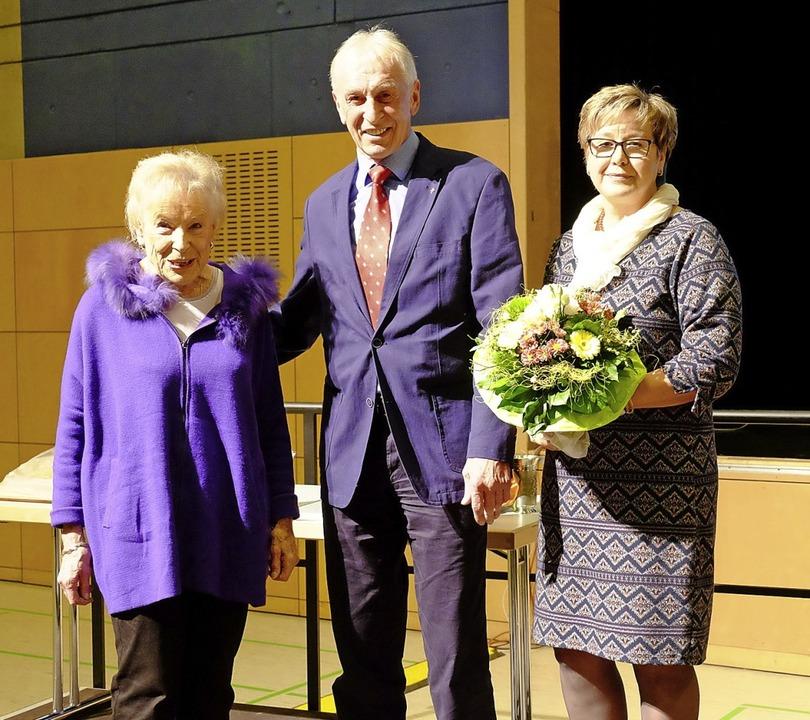 Stolz auf den Ehrenbecher: Christa Gre... Josef Rupp mit seiner Frau Angelika.   | Foto: Martin Pfefferle
