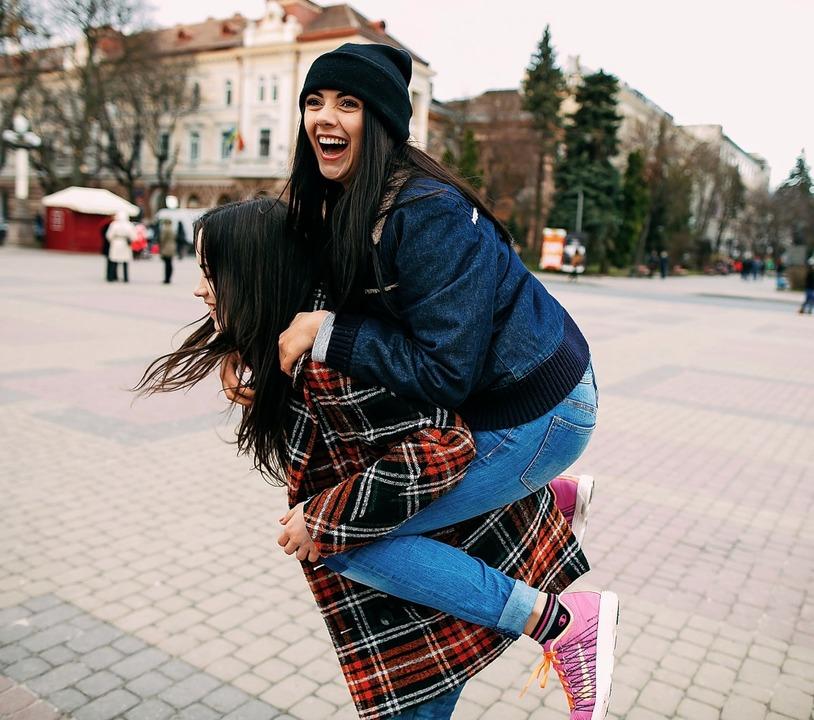 Wenn etwas richtig glücklich macht, dann sind das gute Freunde.  | Foto: adobe.com