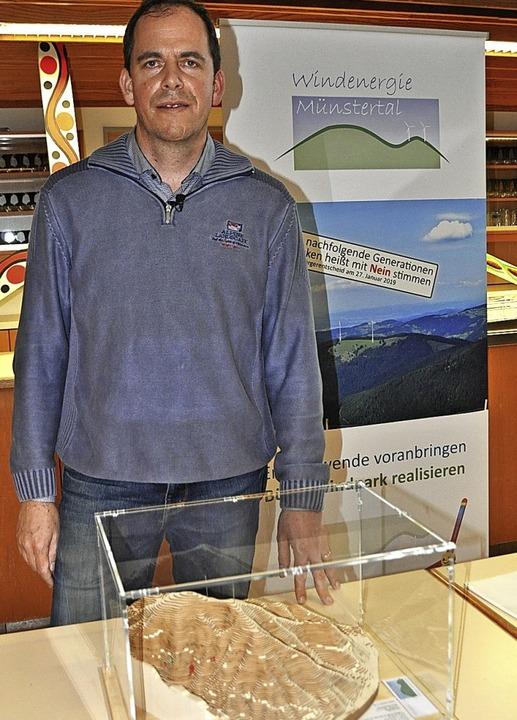 Nico Goldscheider mit einem Modell des Breitnauer Kopfs   | Foto: Rainer Ruther