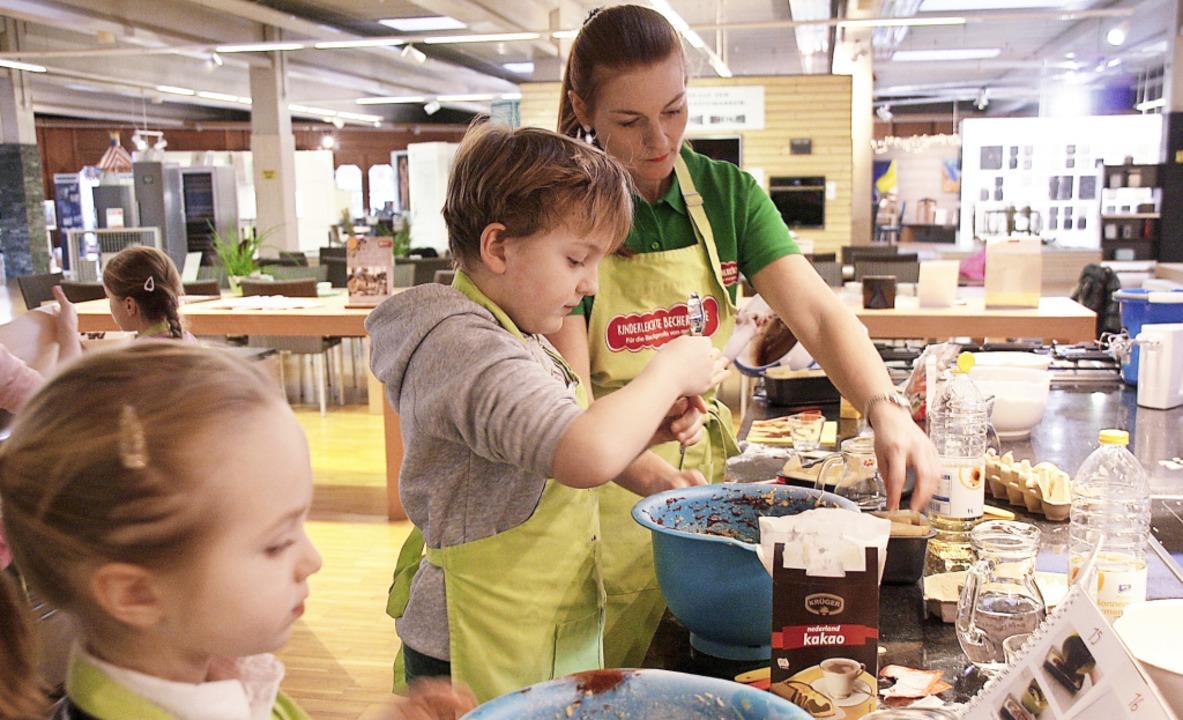 Konzentriert backen die Kinder von Birgit Benz betreut einen Marmorkuchen.  | Foto: Christiane Franz