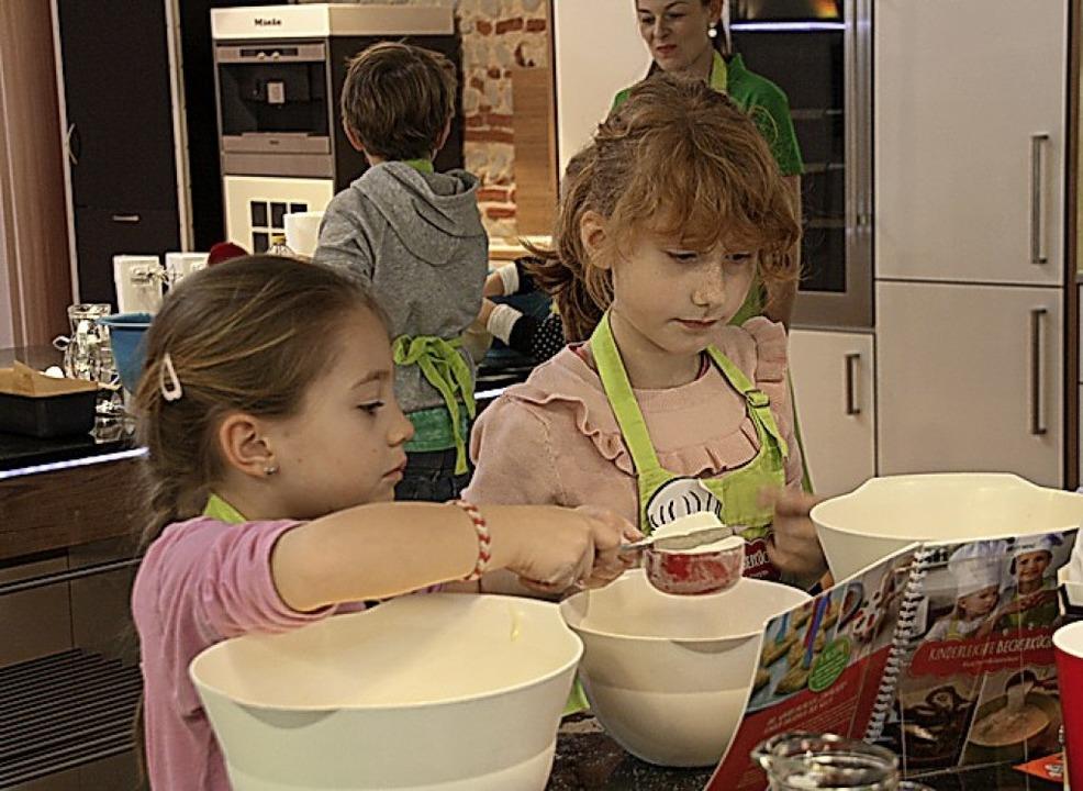 Gemeinsam backen die Kinder Marmorkuchen.  | Foto: Christiane Franz