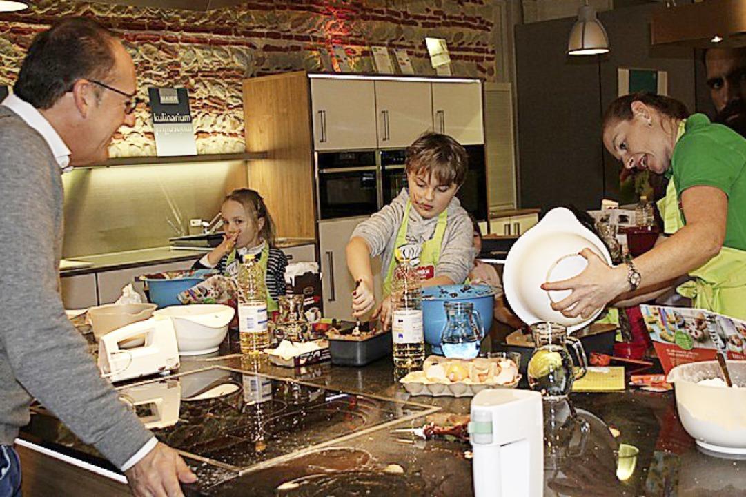 Birgit Wenz betreut den Backnachmittag...Maier Küchen, Martin Maier beobachtet.  | Foto: Christiane Franz