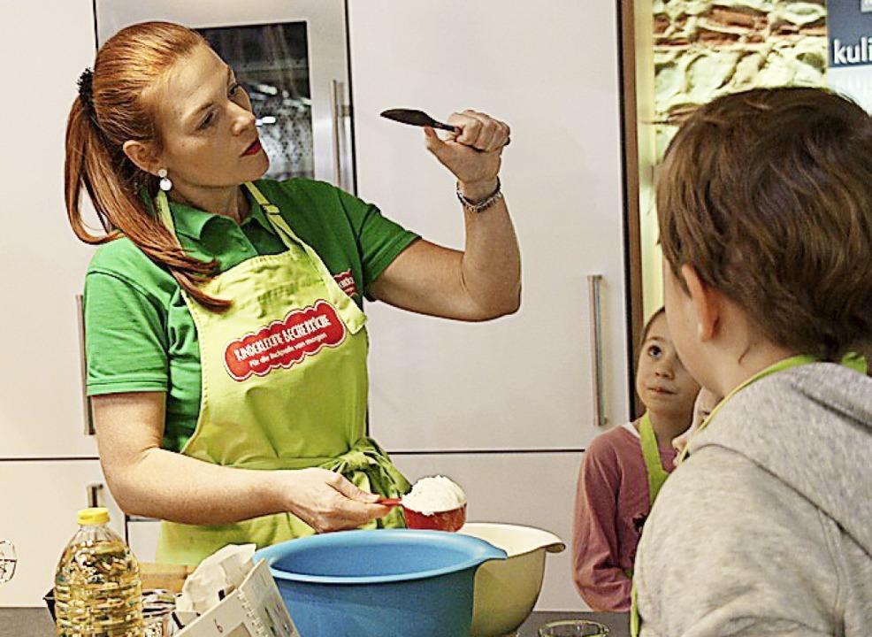 Birgit Wenz erklärt das Konzept der Becherküche.  | Foto: Christiane Franz