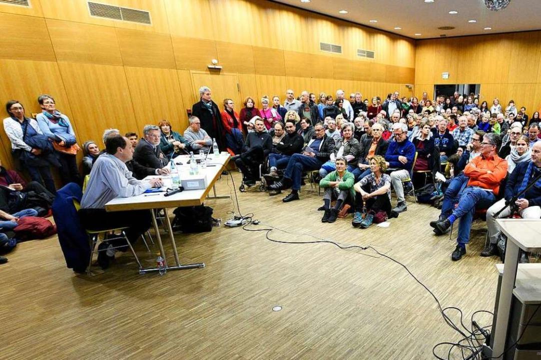 Zur Podiumsdiskussion mit Manfred Kröb...ch rechts) war der Saal brechend voll.  | Foto: Thomas Kunz
