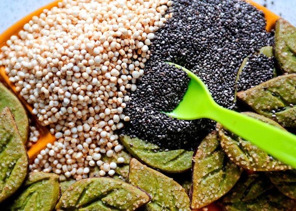 Quinoa (links) Chia-Samen (rechts)  zä...ood, das gar nicht so super sein soll.    Foto: Roland Weihrauch