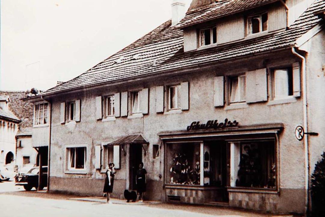 Angesagter Laden: Das Schuhgeschäft Schultheiß in den 1960er Jahren.  | Foto: Gerhard Schaum