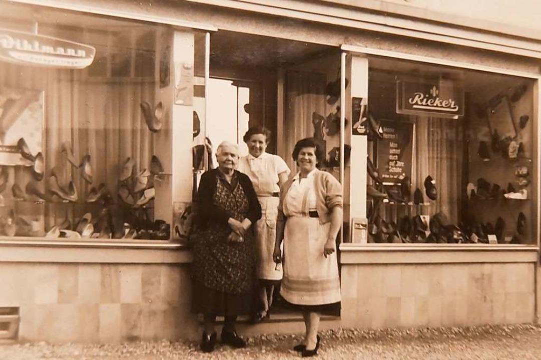 Mina Schultheiß, die  Frau des Firmeng...ff (geb. Schultheiß) vor dem Geschäft.  | Foto: Robert Bergmann