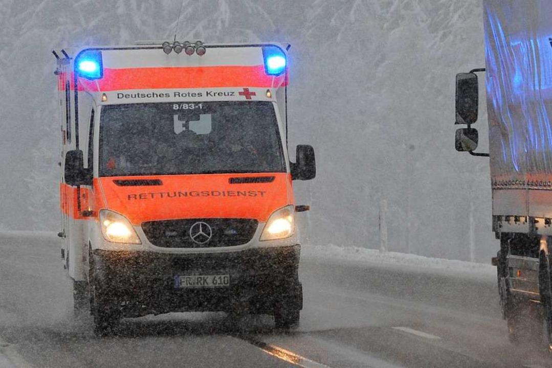 Der Rettungswagen wurde wohl absichtlich behindert (Symbolbild).  | Foto: dpa