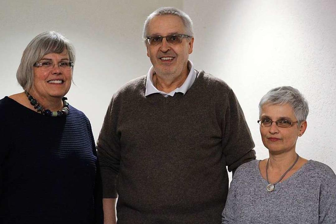 Unterstützt wird er von Bettina Sekler...l (links) und Karin Starosta (rechts).  | Foto: Joshua Kocher