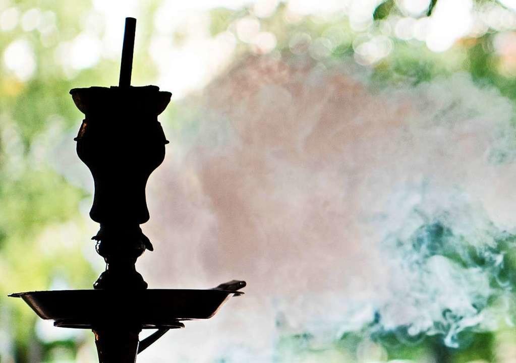Eine Shisha – die Wasserpfeife w...fés in Freiburg zum Rauchen angeboten.  | Foto: dpa