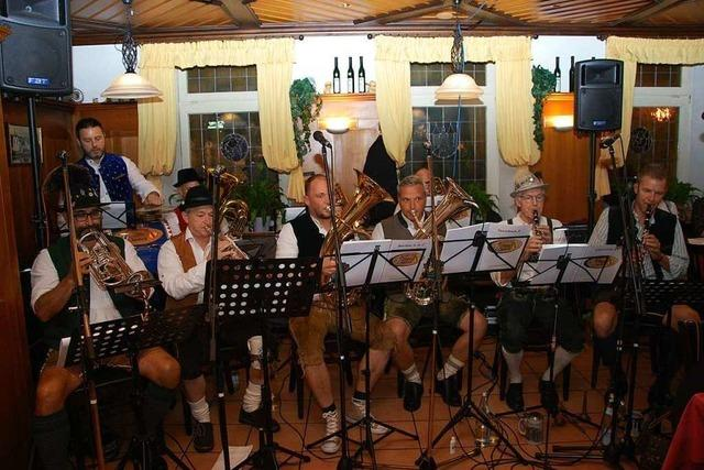 Elztäler Zwietracht zelebriert bayerische Wirtshausmusik in Lederhosen und Haferlschuhen