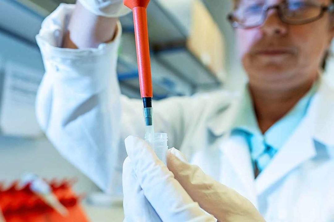 Eine chemisch technische Assistentin f...ssenschaftlich untersucht. Symbolbild.  | Foto: dpa