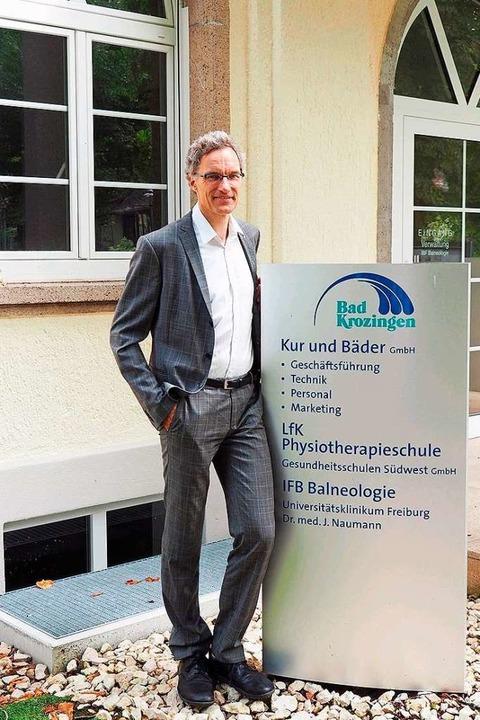 Johannes Naumann vor dem Behandlungs- und Forschungszentrum  in Bad Krozingen   | Foto: Privat