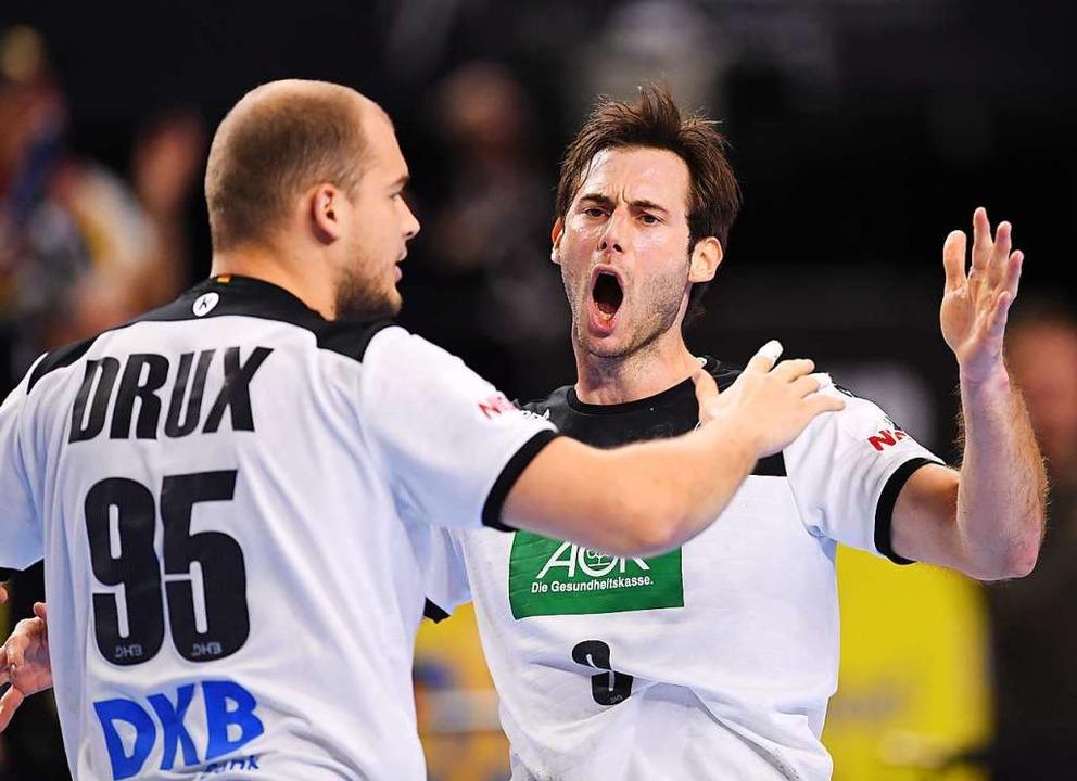 Freuen sich über den Erfolg:  Linksauß...(rechts) und Rückraumspieler Paul Drux    Foto: dpa