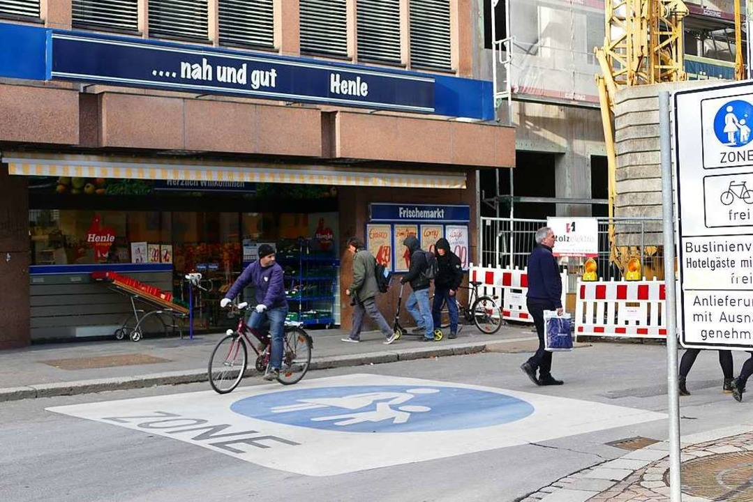Der Lebensmittelmarkt Henle mit Haupts...iale an der Turmstraße am 28. Februar.  | Foto: Dora Schöls