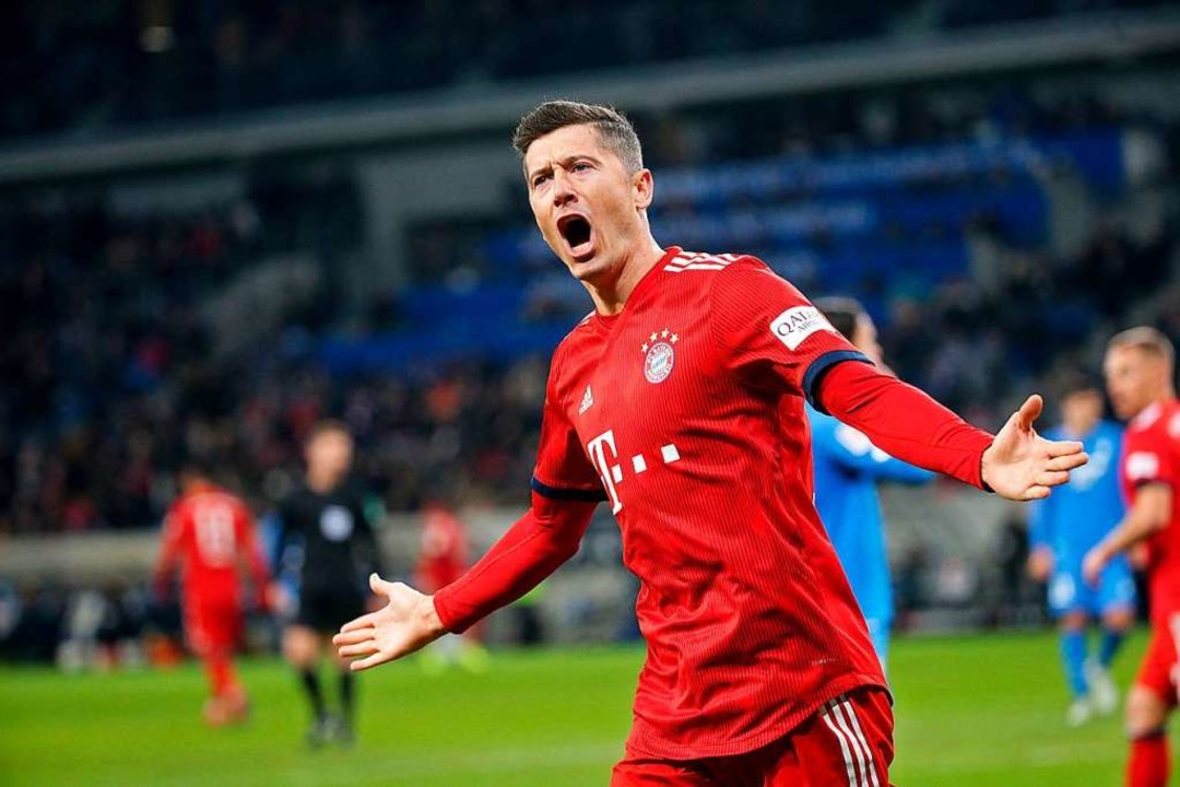 Der Münchener Robert Lewandowski freut sich über sein Tor zum 3:1.  | Foto: dpa