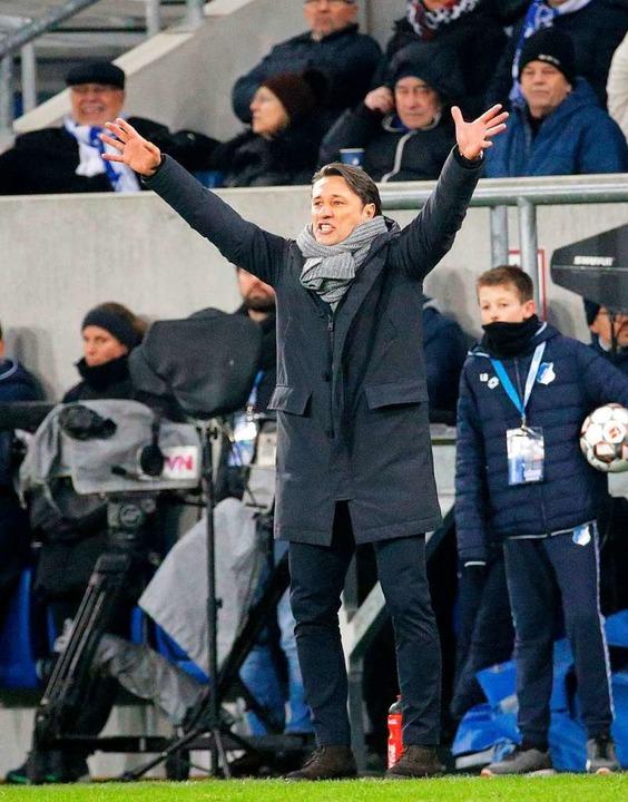 Der Münchener Trainer Niko Kovac gibt Anweisungen an seine Mannschaft.  | Foto: dpa