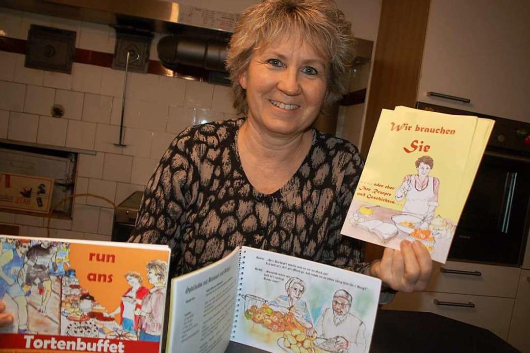 Heidi Kuder mit dem Flyer, mit dem die Landfrauen derzeit alte Rezepte sammeln.  | Foto: Petra Wunderle