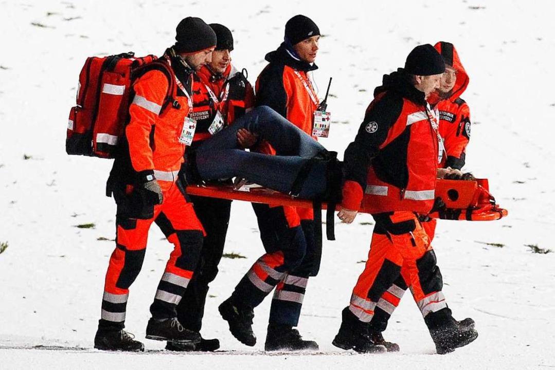 Sanitäter tragen David Siegel nach dem...ose: Es ist immerhin nichts gebrochen.  | Foto: dpa