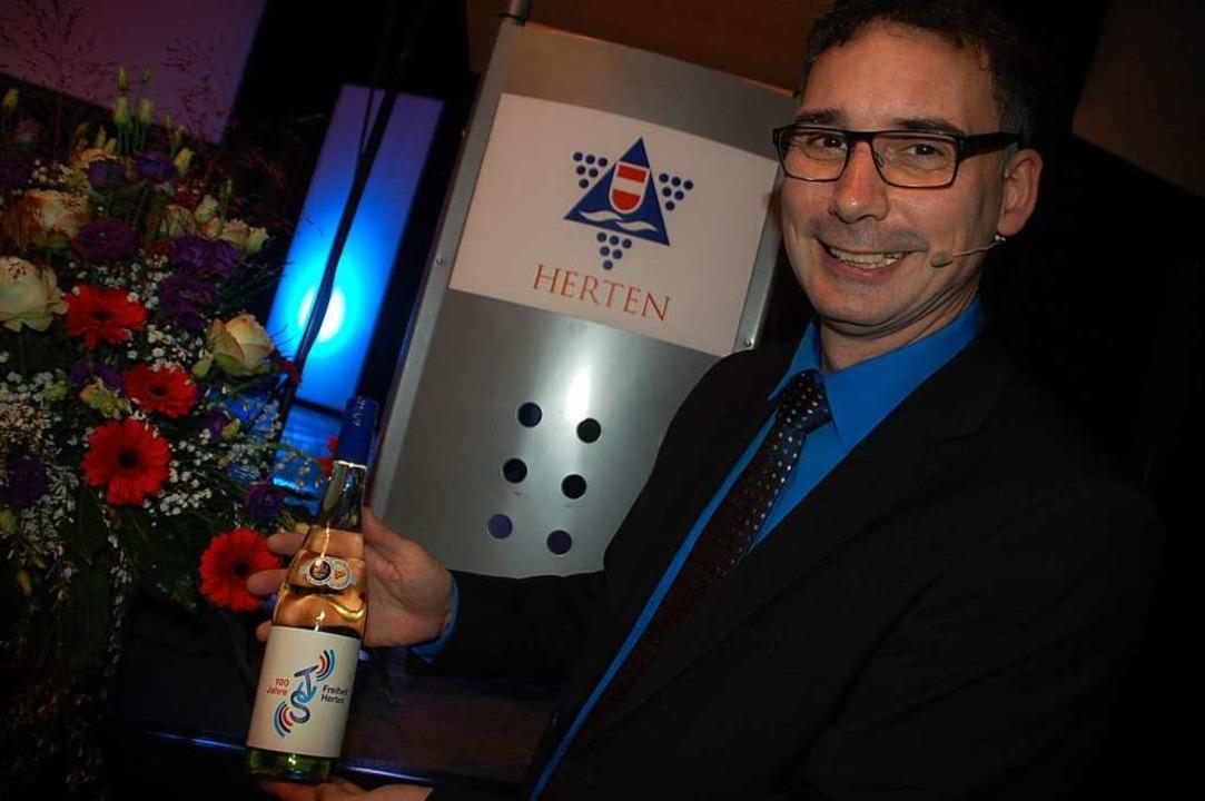 Ein bestens aufgelegter Vorsitzender J...räsentiert den Wein mit dem TuS Emblem  | Foto: Petra Wunderle