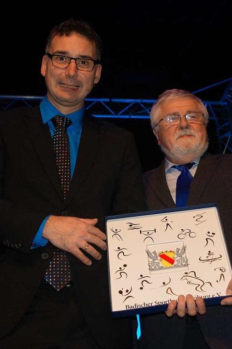 Präsident Gerhard Mengesdorf, ehrt Jea...jolika-Teller vom Badischen Sportbund.  | Foto: Petra Wunderle