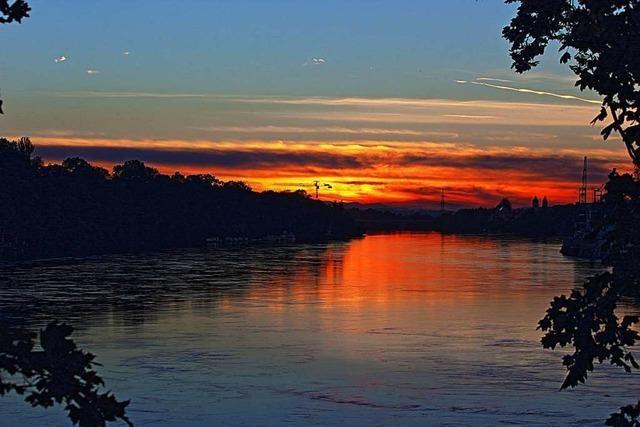 Bei Rheinfelden steht der Rhein in Flammen