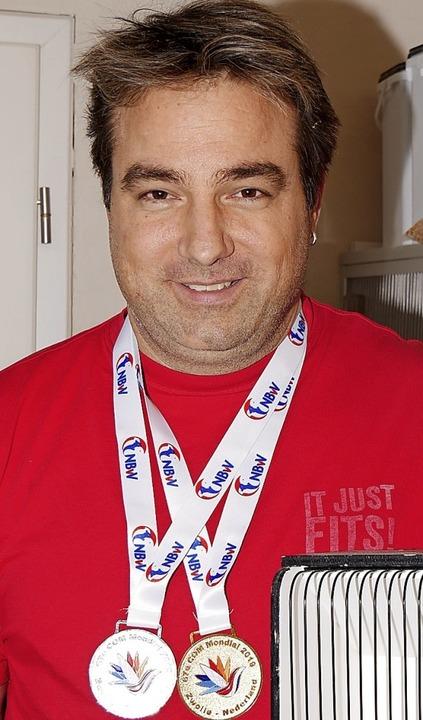 Ralf Beha wieder daheim - mit zwei Medaillen und seinem Weltmeistervogel.  | Foto: Eva Korinth