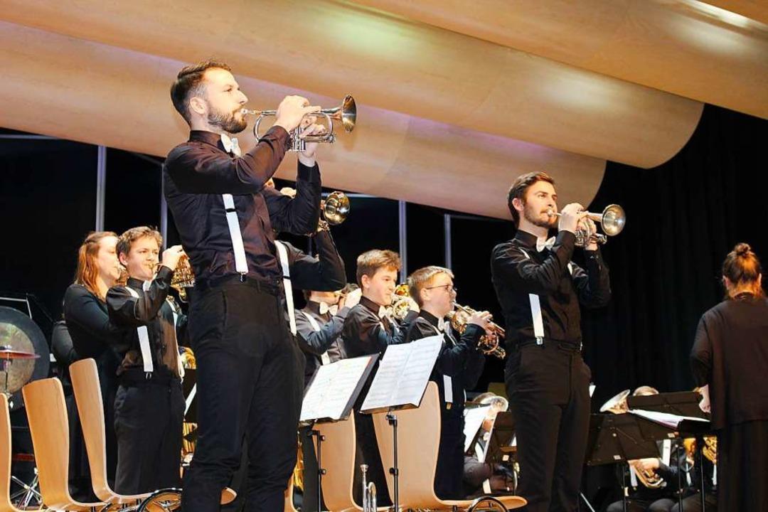 Schwarz gekleidet mit weißen Fliegen u...die bayrische Brass-Band-Akademie vor.  | Foto: Hansjörg Bader