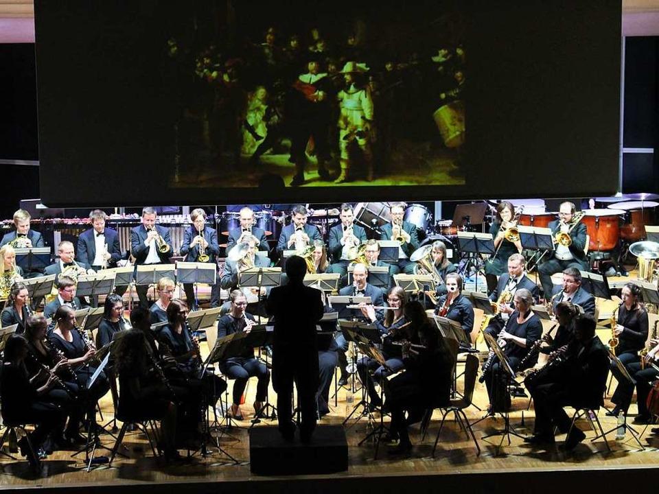 Historische Gemälde, eingeblendet beim...n eindrucksvoll musikalisch umgesetzt.  | Foto: Hansjörg Bader