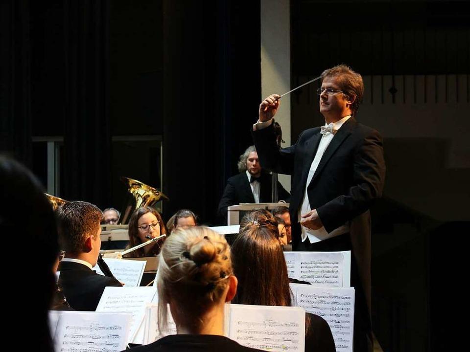 Elegant in feinem Frack dirigierte Joa... interpretierte und genussvolle Musik.  | Foto: Hansjörg Bader