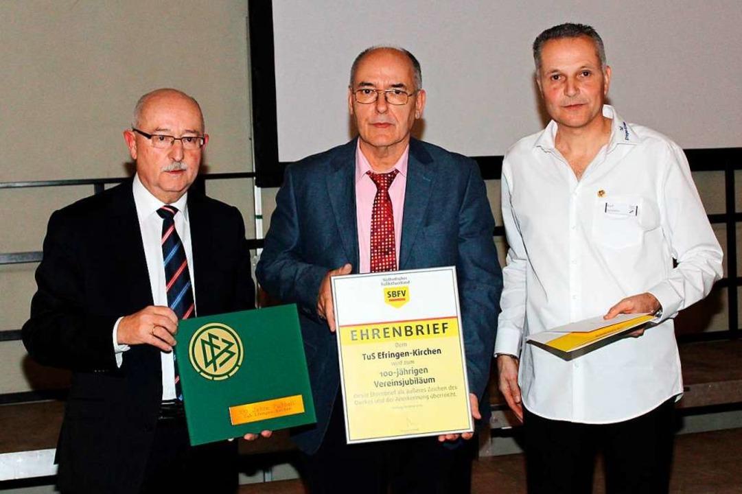 Thomas Schmidt (von links), Präsident ... Ralf Schörlin  Präsente und Urkunden.  | Foto: Reinhard Cremer