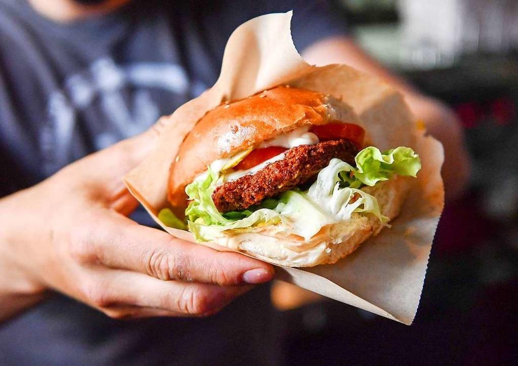 Alternative zum traditionellen Burger? Der Veggie-Burger  | Foto: dpa